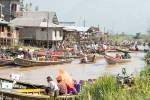 Le marché flottant, qui ne l'est plus, assaillit par les touristes. Il reste peu de vrai locaux venus vendre leurs légumes.