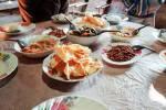Petit déjeuner de trek : riz, chips, arachides fries, choux, feuilles de moutarde...