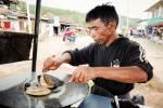 À Kalaw, un marchand de rue nous fait des roti (prononcer loti) ; sortes de crêpes.