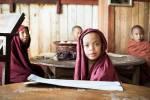 Les élèves moines récitent des prières dans une cacophonie terrible.